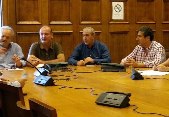 Από την συνάντηση που πραγματοποιήθηκε στη Βουλή με τους κ.κ Κουρεμπέ και Ζαννιά, Πρόεδρο και Αντιπρόεδρο του ΕΛΓΑ αντίστοιχα και τους εκπροσώπους των αμπελουργών Κρήτης