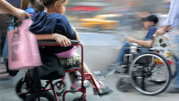 Ρυθμίσεις για την ασφάλιση του προσωπικού συνοδείας το οποίο  παρέχει υπηρεσίες για τη στήριξη των ατόμων  με αναπηρία τα οποία  συμμετέχουν σε κατασκηνωτικά προγράμματα για ΑμεΑ