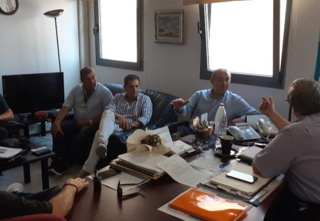 Συνάντηση με εκπροσώπους του Παγκρητίου Συλλόγου Εργαζομένων ΥΠΑ, μεταξύ των οποίων ο πρόεδρος κ. Βαγγέλης Βιστάκης, του Συλλόγου Ελεγκτών Εναέριας Κυκλοφορίας Ηρακλείου, τον οποίο εκπροσώπησε ο πρόεδρος κ. Μανόλης Μανωλάκης, καθώς και με τον Αερολιμενάρχη Ηρακλείου, κ. Γιώργο Πλιάκα